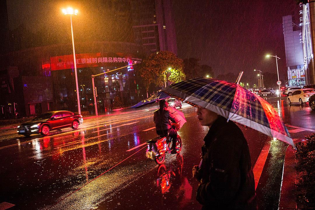 學者吳強認為,對電動車的整治,不能解讀為地方政府的孤立行為。其背後,是一整套將空間和美學納入管制的政治權力。 圖為一台拉客電動車在雨天駛過街頭。攝: Lam Yik Fei/Getty