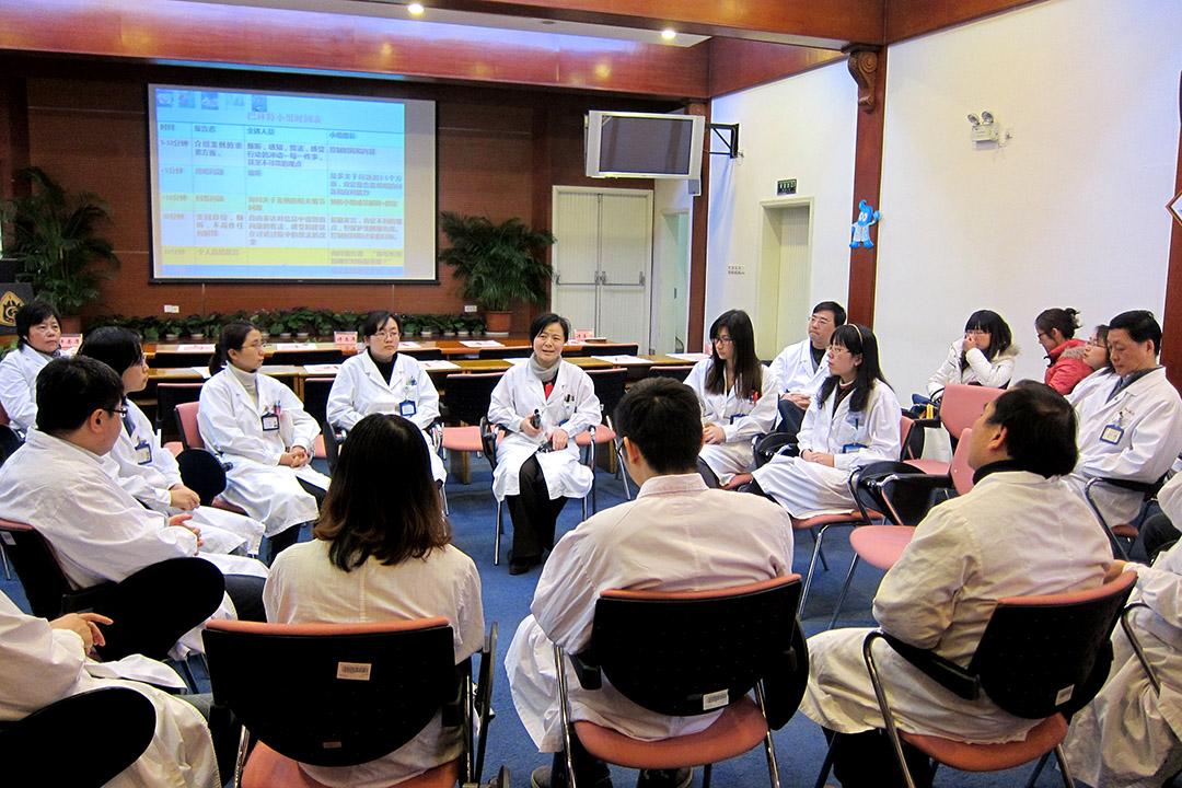 巴林特小組在中山醫院每兩週舉行一次,每次約一個小時,醫護人員自願參加,圍成圓圈而坐//圖片:上海復旦大學附屬中山醫院