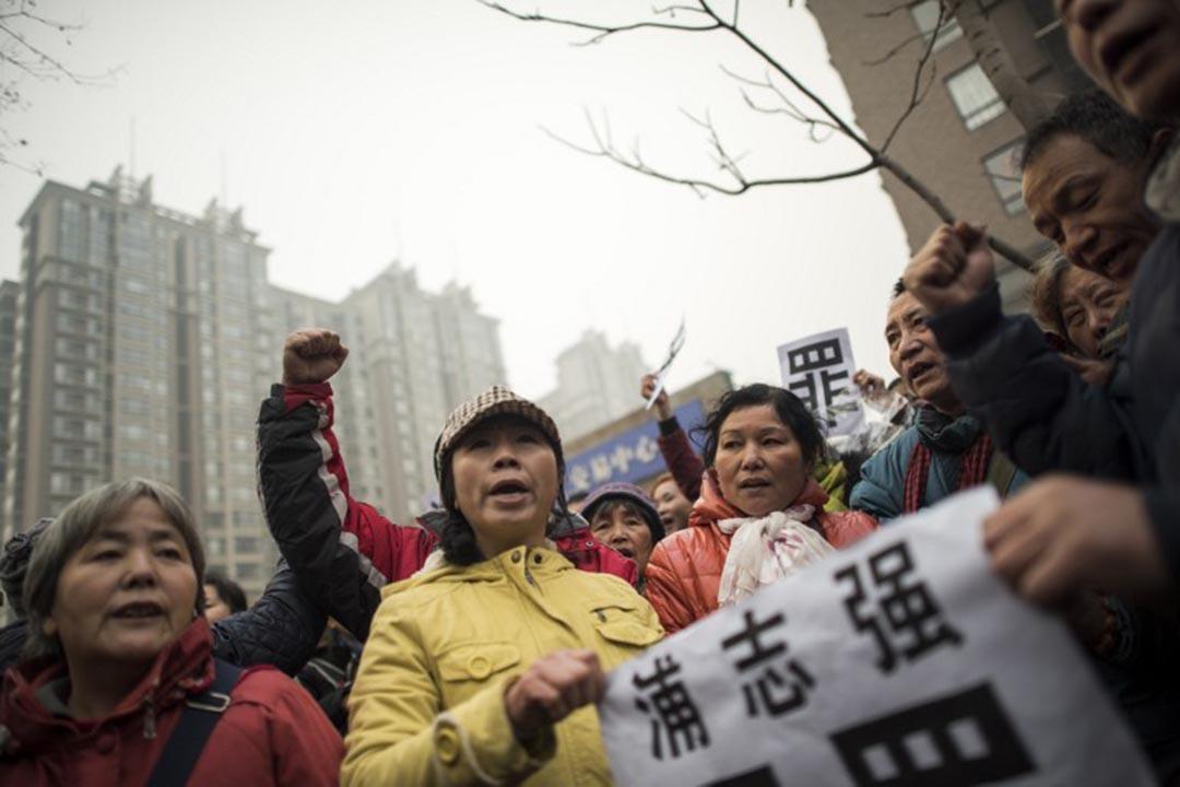 2015年12月14日,中國維權律師浦志強在北京受審,民眾到法院外聲援。攝:FRED DUFOUR / AFP