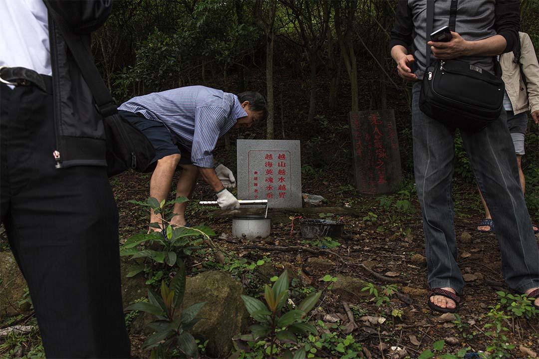 來自內地的知青在香港設墳拜祭先人。