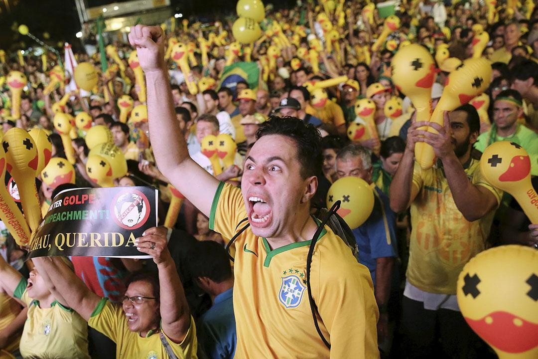 2016年4月17日,巴西聖保羅保利斯塔,示威者舉行大型集會要求弹劾總統迪爾瑪·羅塞夫(Dilma Rousseff)。