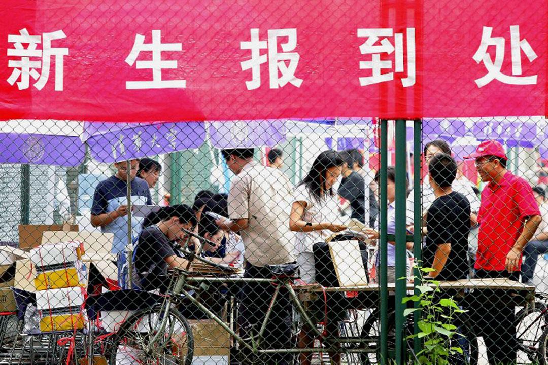 圖為清華大學新生辦理入學手續。