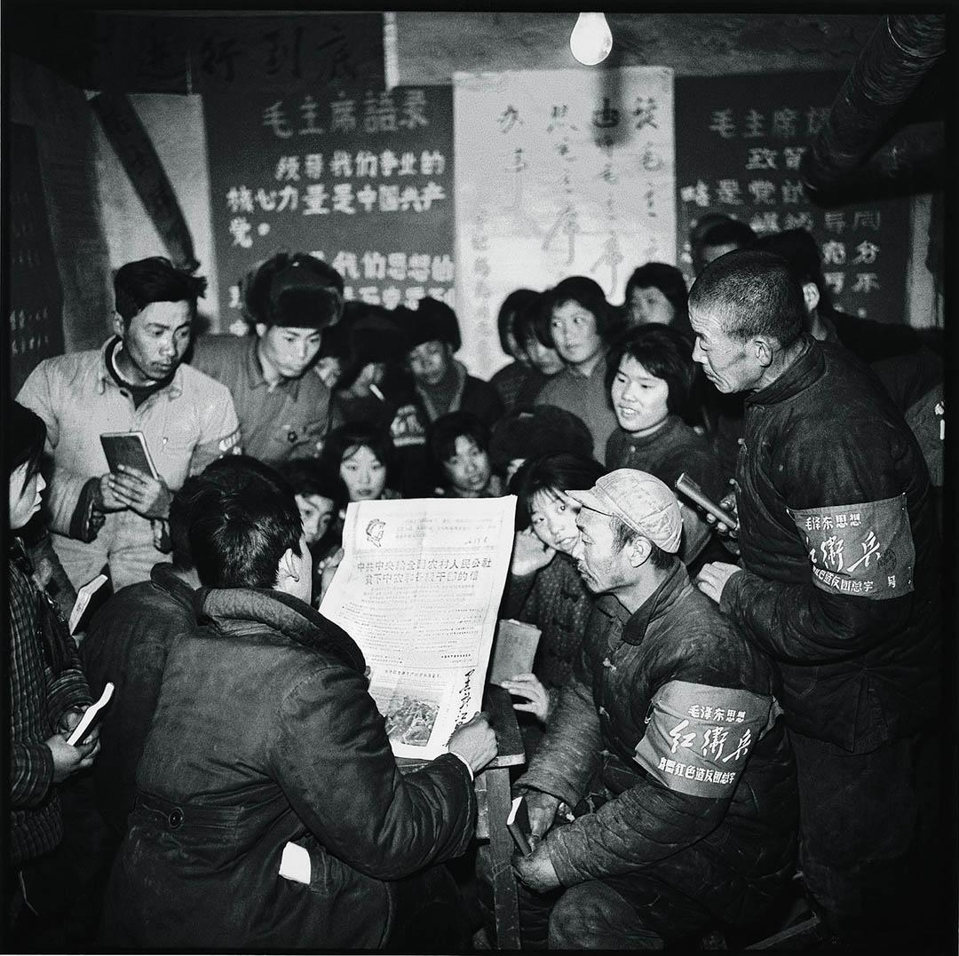 1968年,黑龙江尚志,農村的農民圍在一起閱讀中國共產黨中央委員會發佈在黑龍江日報給農民的信。