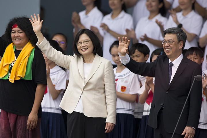 蔡英文與陳建仁在就職典禮上向民眾揮手致意。