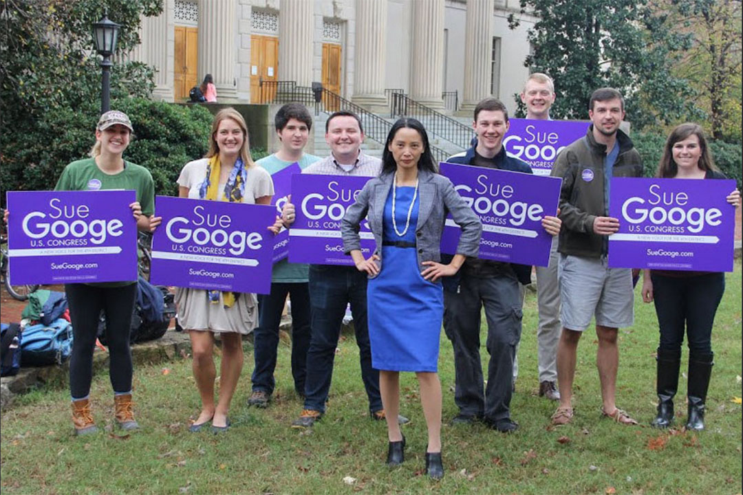 符江秀(Sue Googe),以共和黨人身份競選北卡羅來納州第四選區聯邦國會眾議員。