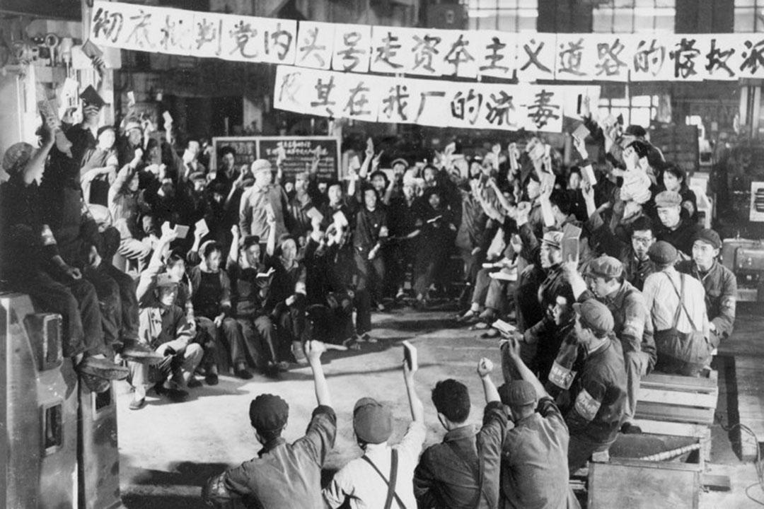 """1967年年,上海,工人手持毛主席語錄,慶祝毛澤東的""""無產階級文化大革命"""