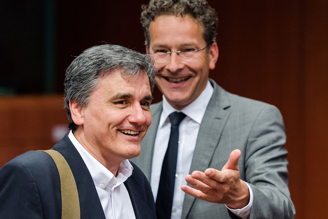 希臘財政部長卡洛托斯(左)與歐元集團主席、荷蘭財政部長傑洛·戴松布倫(右)在布魯塞爾出席歐盟歐元集團會議。攝:Geert Vanden Wijngaert/AP