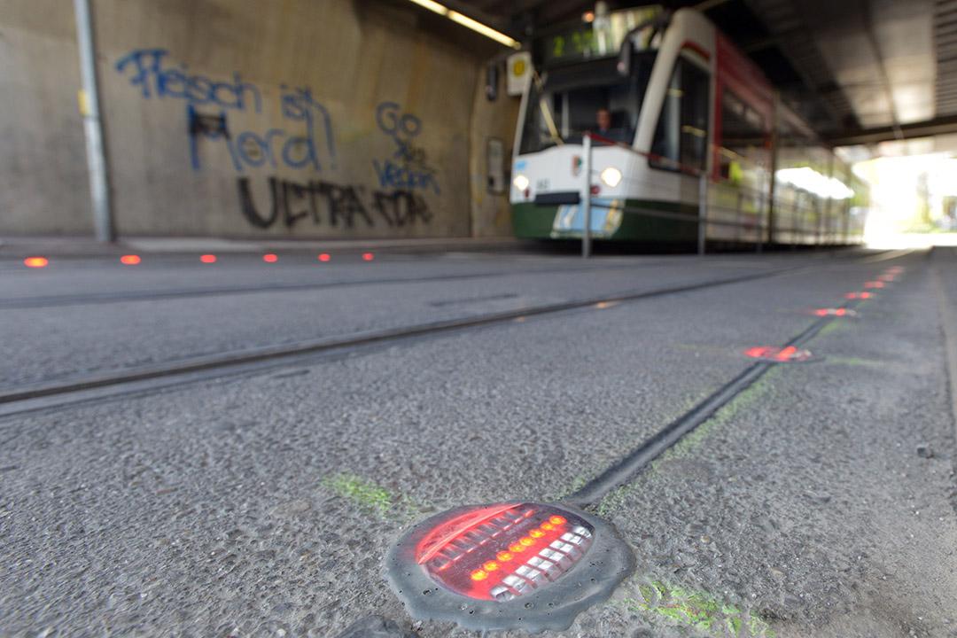 德國奥格斯堡市為低頭族在行人道上裝置LED燈。