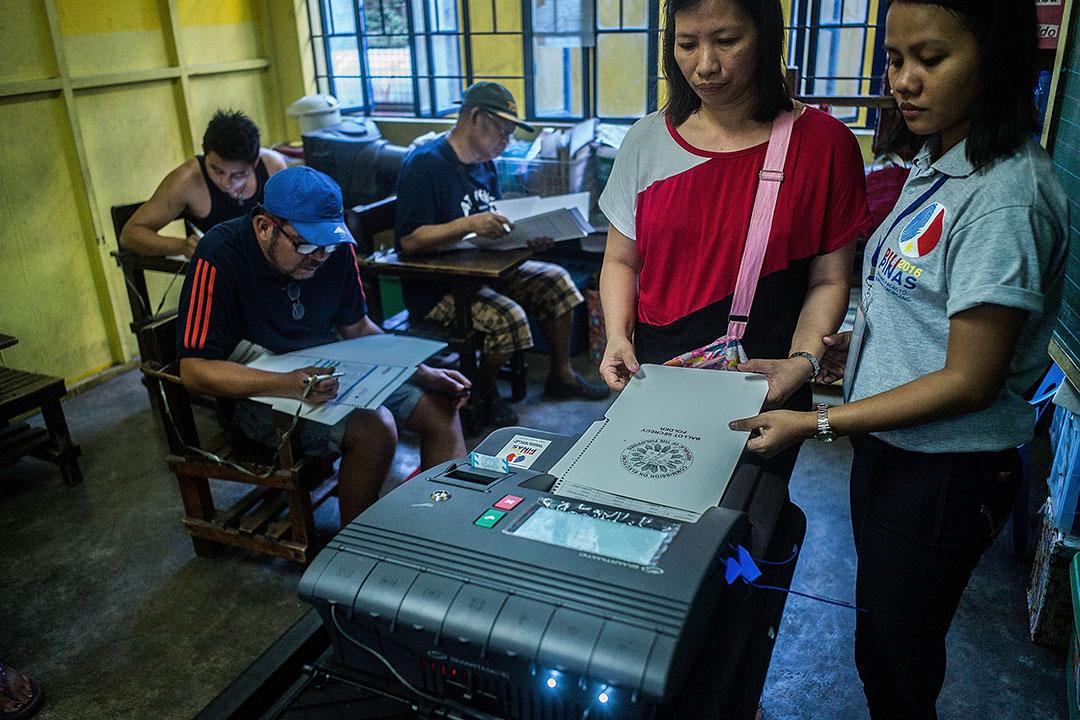 2016年5月9日,菲律賓馬尼拉,選民在投票站使用電子投票機投票。攝:Lam Yik Fei /Getty