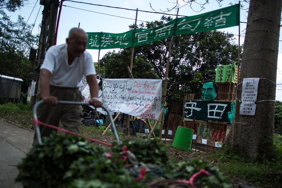 反收地支持者在馬屎埔村入口處搭建了瞭望台,供巡守者觀察四周的情況。