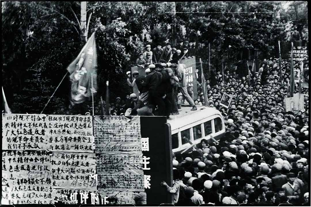 1967年6月5日,哈爾濱,兩幫紅衛兵在黑龍江革命委員會總部前為爭奪廣播巴士而打鬥。