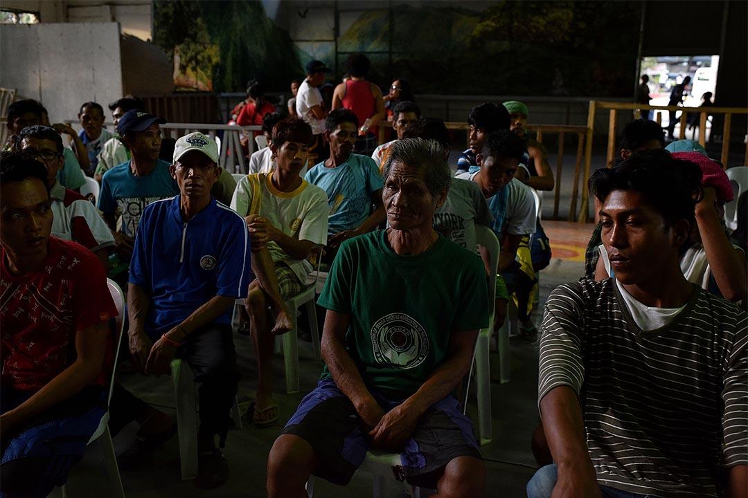 2016年4月5日,菲律賓基達帕萬市,農夫參與訴求政府發放白米物資示威後被捸捕扣留。