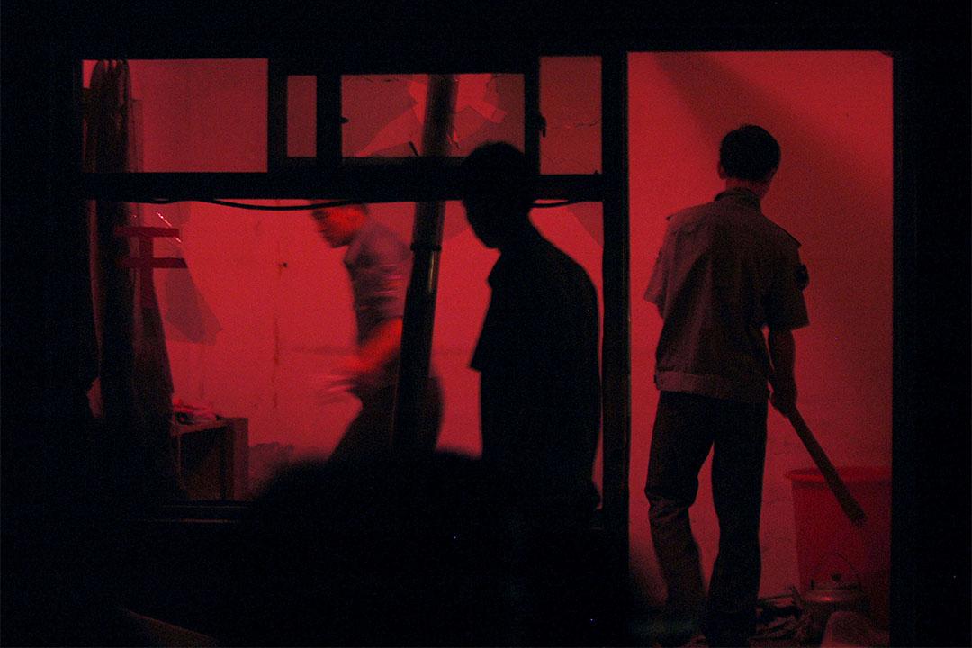 圖為北京警察正封查一間涉及賣淫的髮廊。