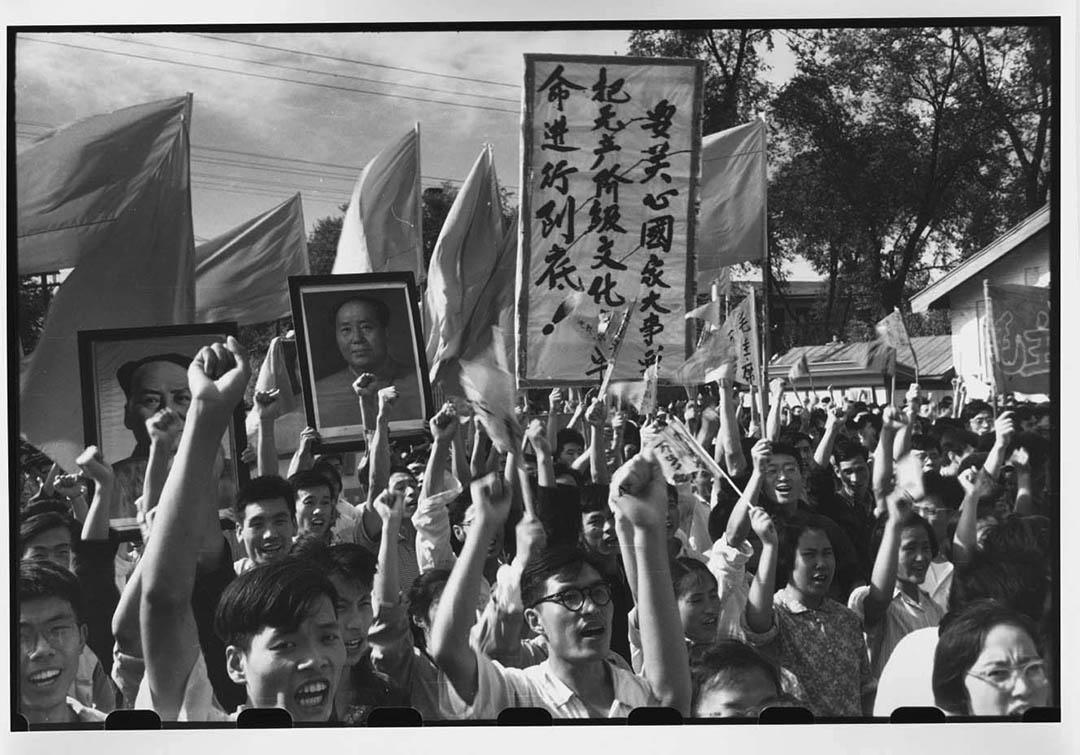 1966年8月12日, 哈爾濱工業大學數千教職員和學生到街上慶祝毛澤東與文革支持者的第一次會面。當中有人手持「要關心國家大事,要把無產階級文化大革命進行到底」的橫額。