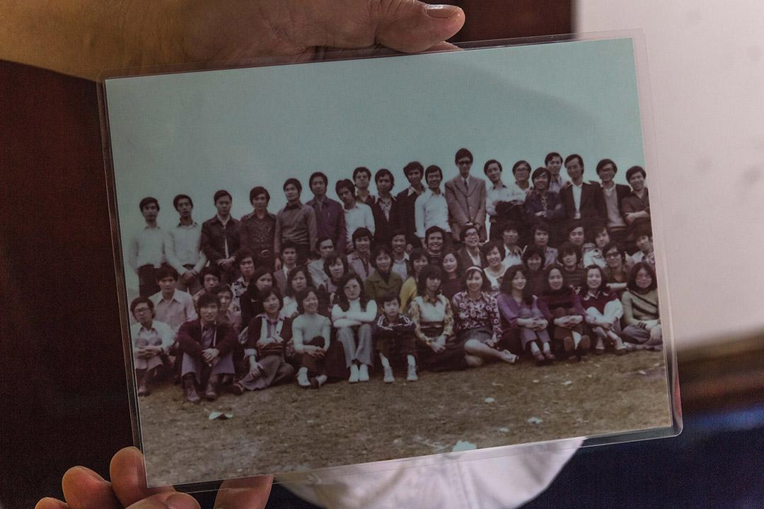 有知青向記者展示當年知青於香港聚會的圖片,第三排右六為前人大代表劉夢熊先生。