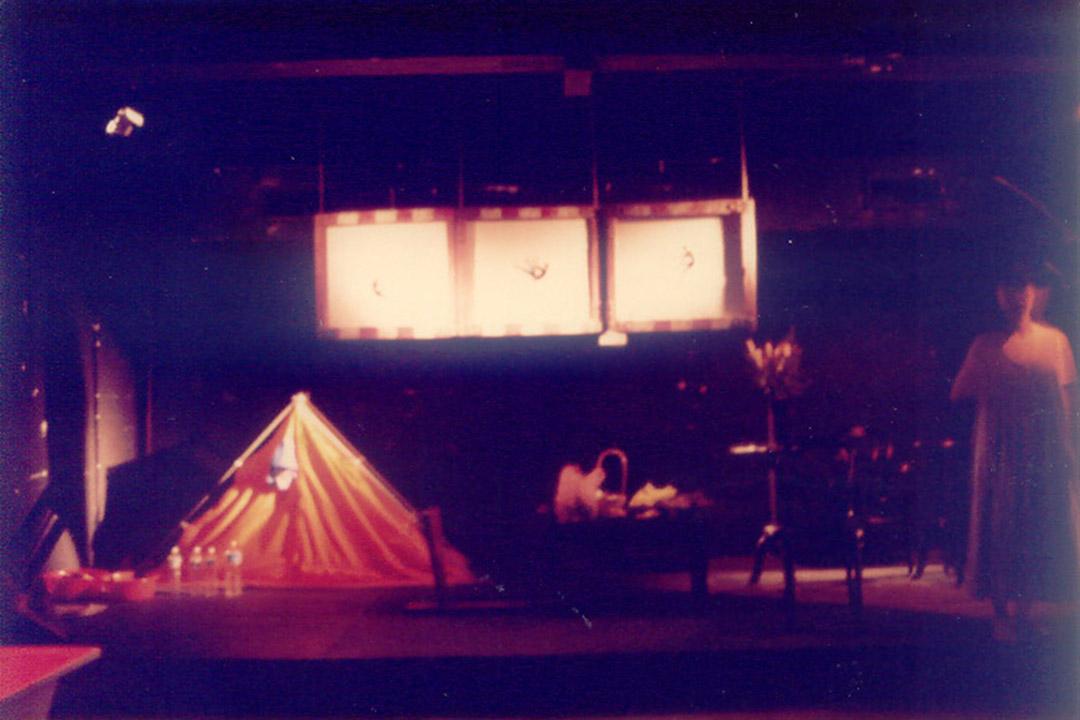 89年5月底黃大仙城市劇場,陳炳釗和「沙磚上」成員演出《惟有我永遠面  對目前》。