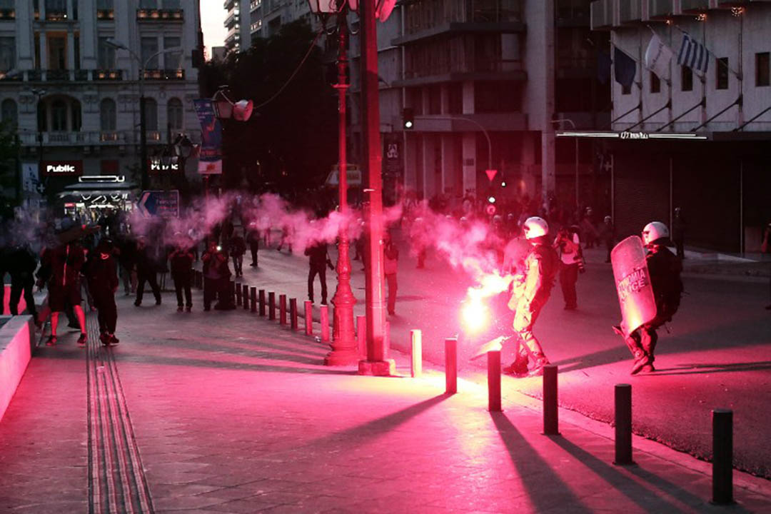 2016年5月8日,希腊雅典,示威者在街頭抗議剛剛通過的税收和養老金改革方案。攝: Angelos Tzortzinis/AFP