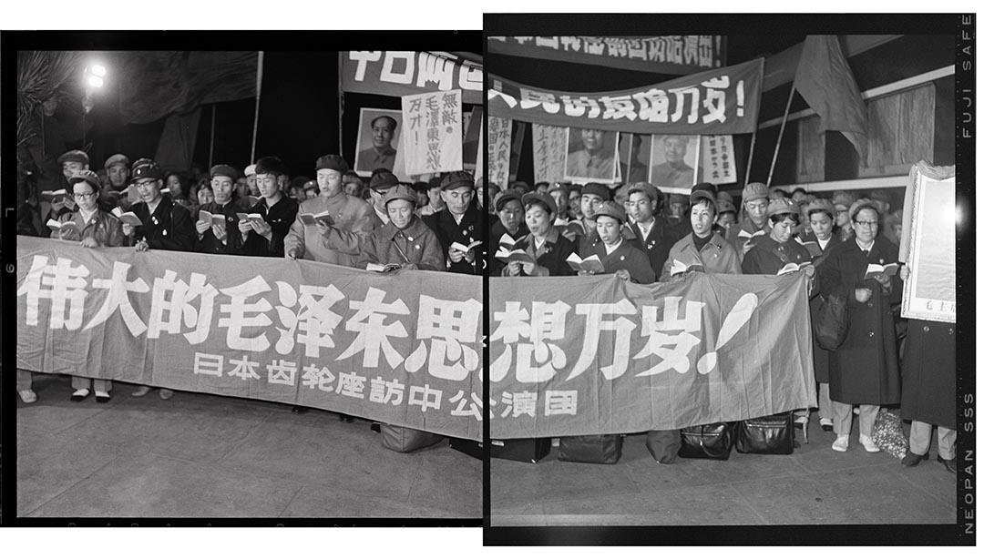 1967年10月7日,黑龍江省哈爾濱火車站,日本齒輪座訪華團下車捧讀毛語錄。