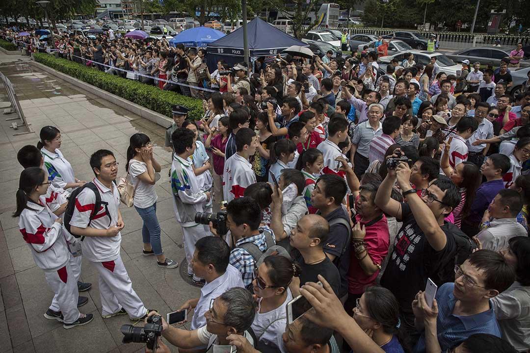 2015年6月7日,一群中國高考生離開試場,走向等候他們的家長。