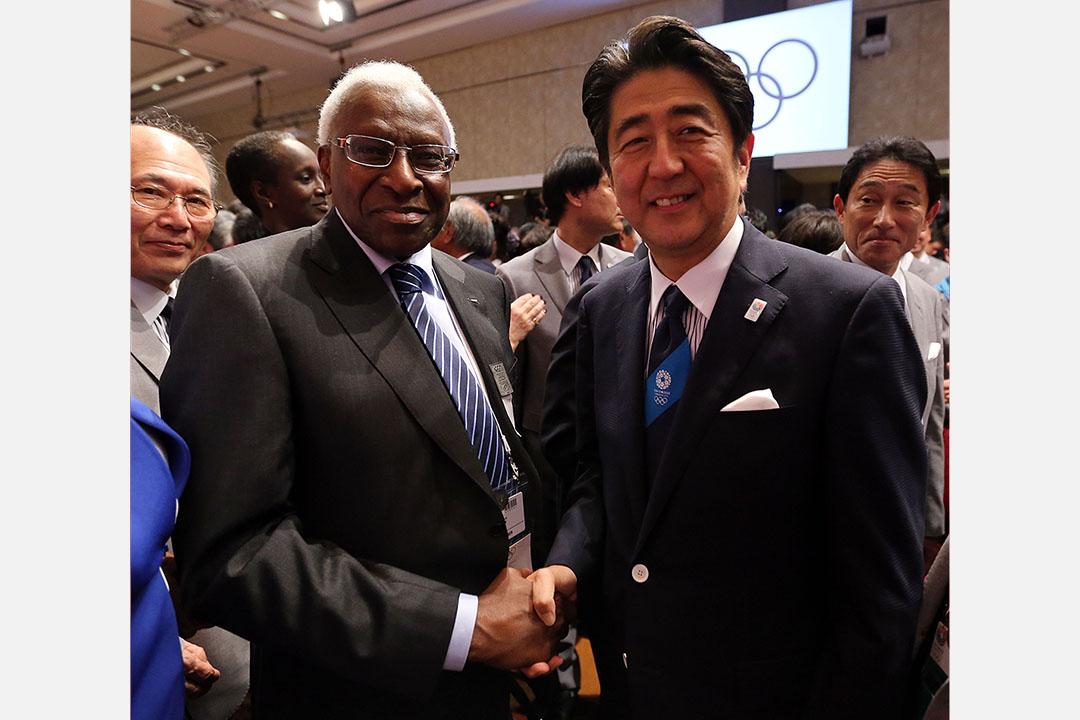 2013年9月7日,日本獲選為2020奥运会舉办城市,國際奧委會委員迪亞克(Lamine Diack)與日本首相安倍晉三握手。