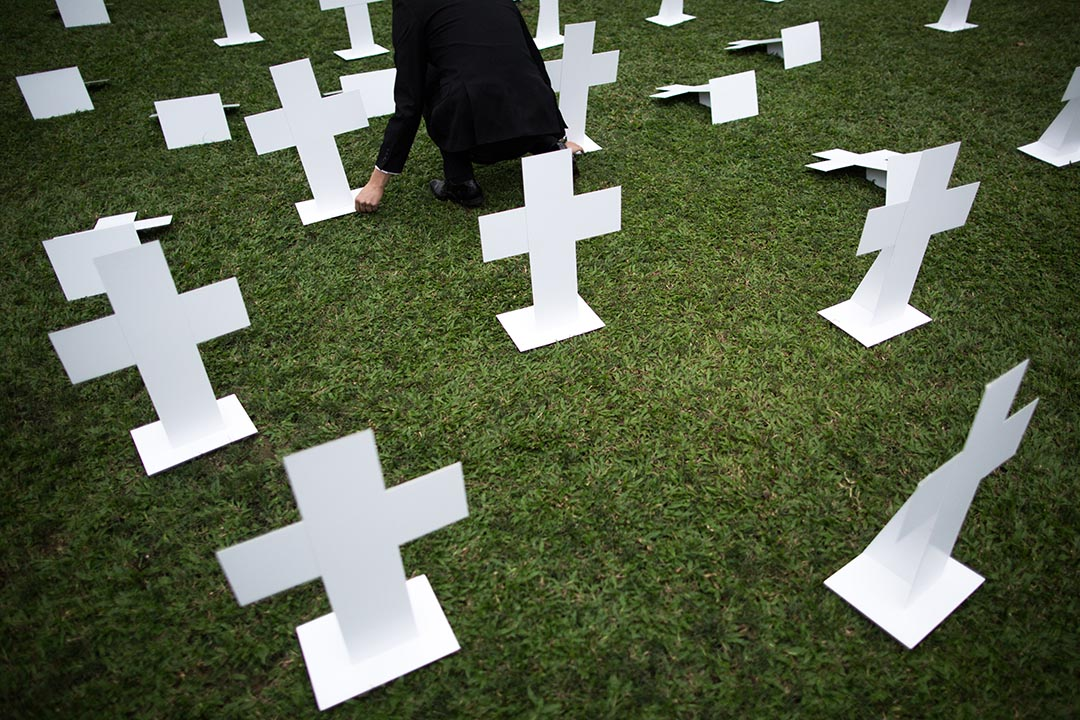 新民主同盟要求張德江為隱瞞沙士疫情道歉 ,在添馬公園放下紙十字架擺設,變成墳場,悼念當年因沙士無辜枉死的香港人。