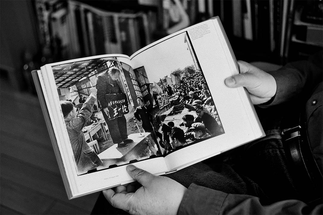 李振盛的《紅色新聞兵》裏收錄了大量文革期間官方不認可,但卻是文革最真實記錄的照片。這些關於批鬥,甚至處決的照片成為了解和還原文革真實歷史面貌的重要資料。