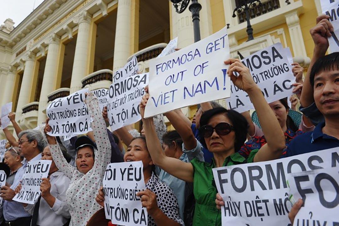 5月1日,越南首都河內和胡志民市都有民眾號召示威,抗議在中部四省出現的大量海產死亡事件;示威者認為,海產死亡與台塑集團河靜鋼鐵興業公司在當地排放廢水有關。攝 : Hoang Dinh Nam/AFP
