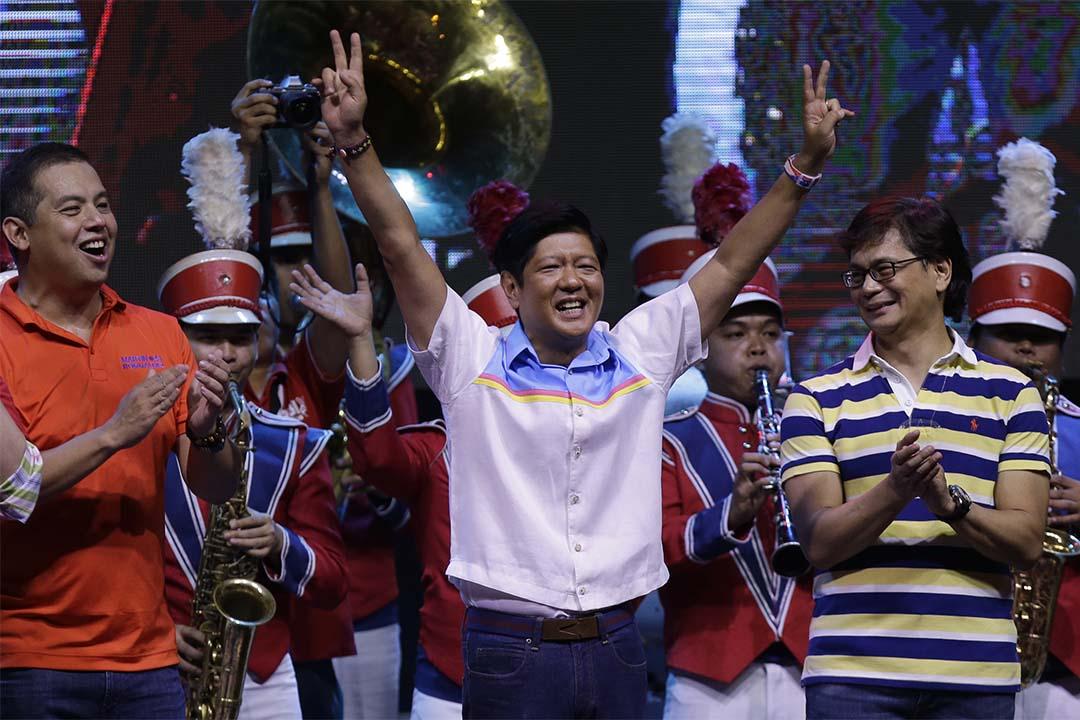 2016年5月5日,菲律賓大選中,副總統參選人小馬可仕(Ferdinand Marcos, Jr.)在最後一場造勢大會中展示勝利手勢。