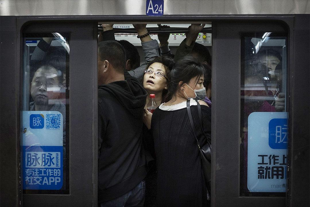 圖為北京上班族在地鐵車廂的擁擠情況。