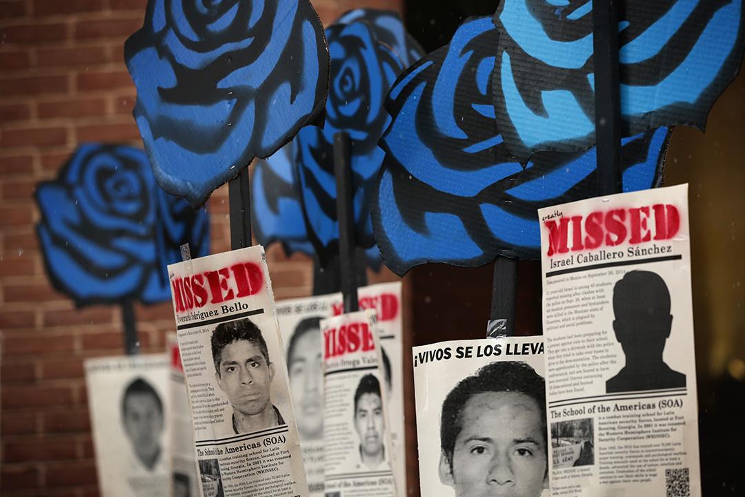 墨西哥 - 警方屠殺學生事件 - 2014年9月26日 - 阿約辛阿帕農村教師大學學生赴伊瓜拉抗議聯邦政府的教改政策,以及為四十六年前軍方屠殺學生的紀念活動籌款,在路上與警方發生激烈衝突,六人遭槍擊身亡,還有四十三名學生在衝突後失蹤,相信已經遇害。