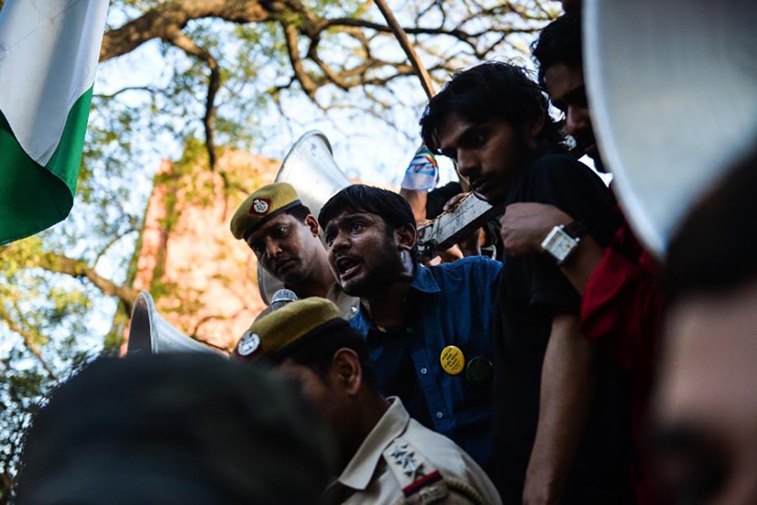 尼赫魯大學學生會長坎內亞·古馬爾(Kanhaiya Kumar)在德里的一次示威集會中呼叫口號。攝 : Chandan Khanna/AFP
