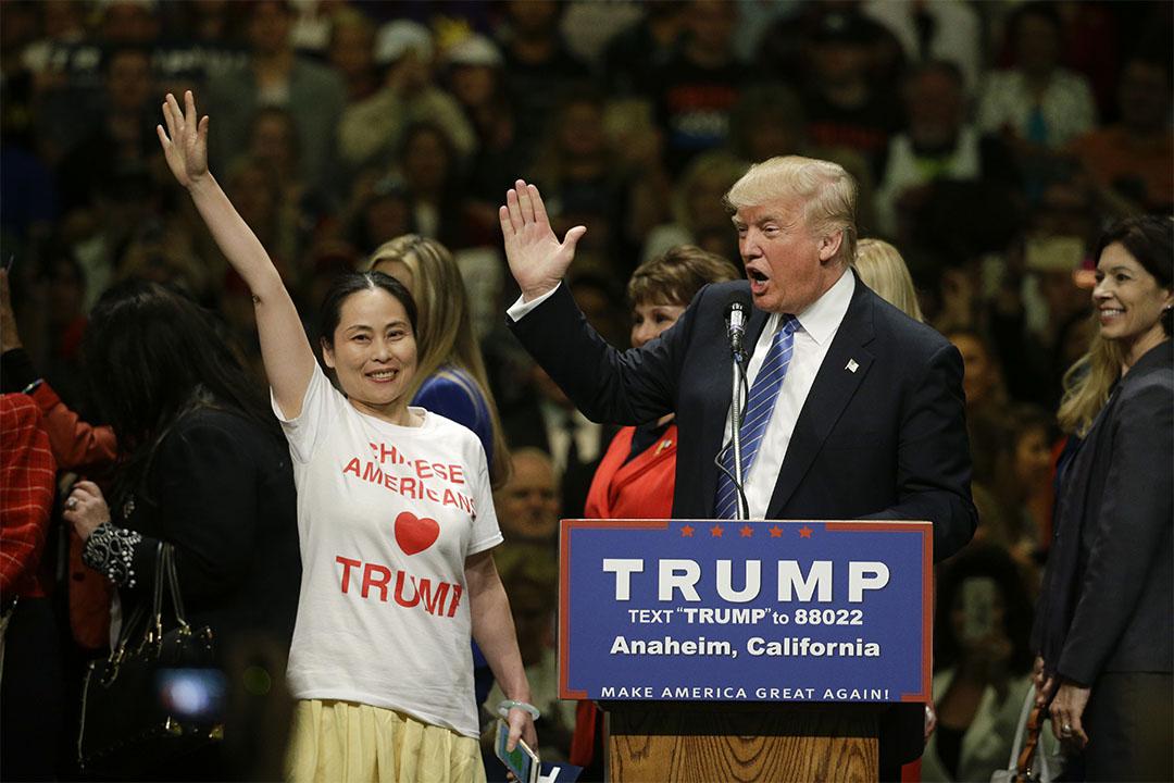 2016年5月25日,加利福尼亞州安納海姆,特朗普在競選大會中與一群女士見面。