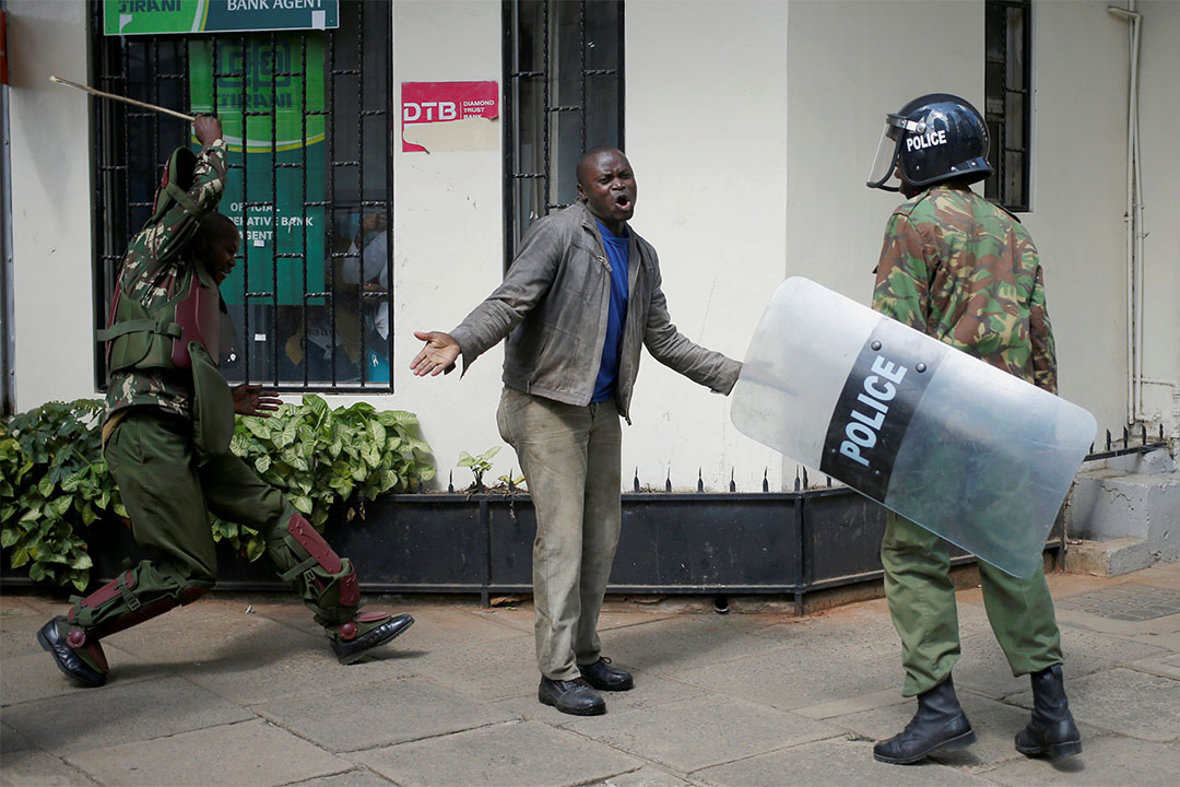 2016年5月16日,肯亞內羅畢,當地警察正驅趕一名示威者。