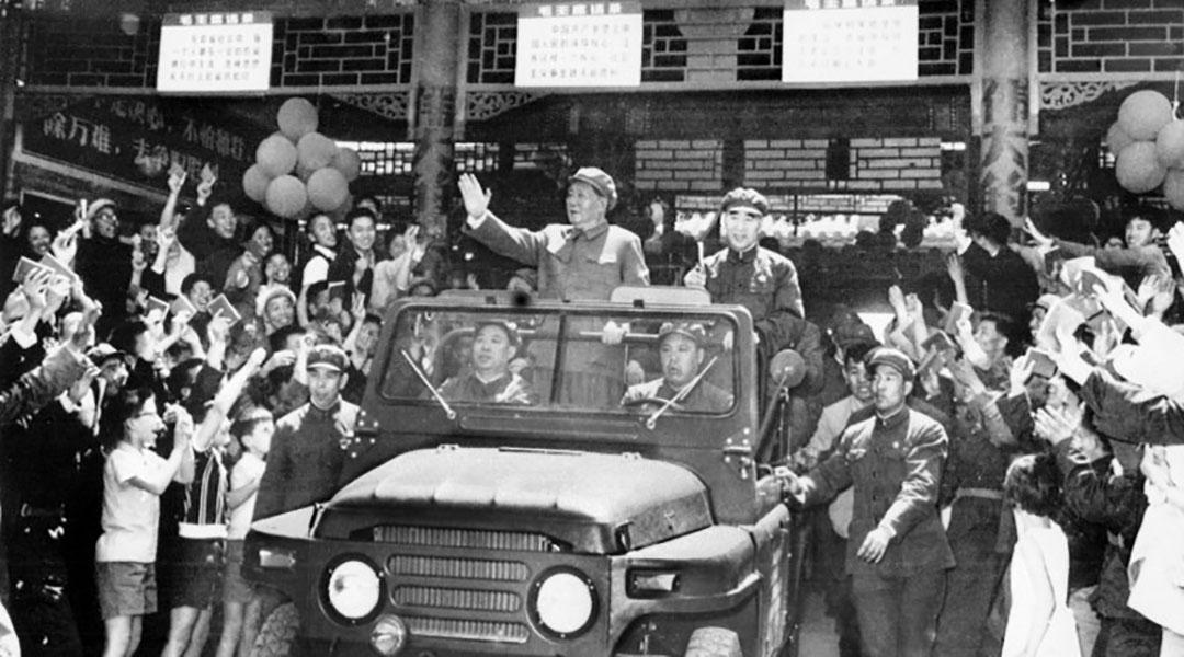 1967年5月,北京天安門廣場,毛澤東坐在一輛開篷吉普車上接受群眾歡呼。