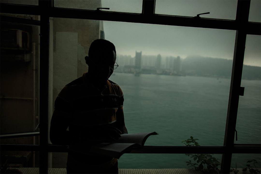 Ayodele暫住在朋友的家中,因為朋友家中有不少書籍,看書成為了他唯一的消閒活動。