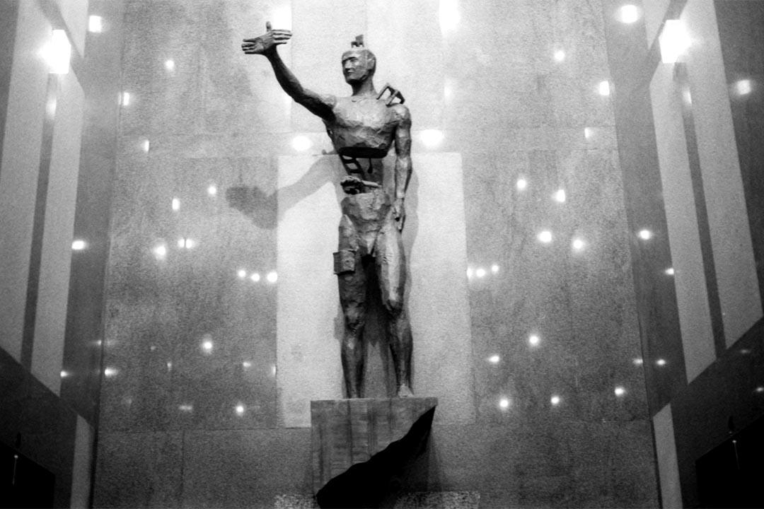 曾經在尖沙嘴商業大廈大堂內的麥顯揚1991年作品《提升》,是雕塑家個人演繹的自由意像。