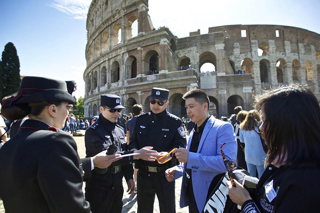 中國警察出現在意大利羅馬街頭,與當地警方展開「聯合執法」。攝:Jin Yu/Xinhua via AP