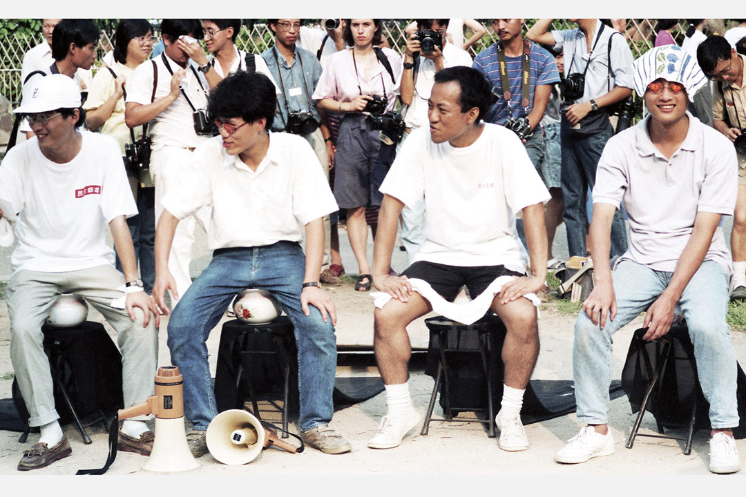 「民主藝墟」楊秀卓的《四個堅持》痰罐上,坐著梁文道(左二)和鄭志銳(  左三)。