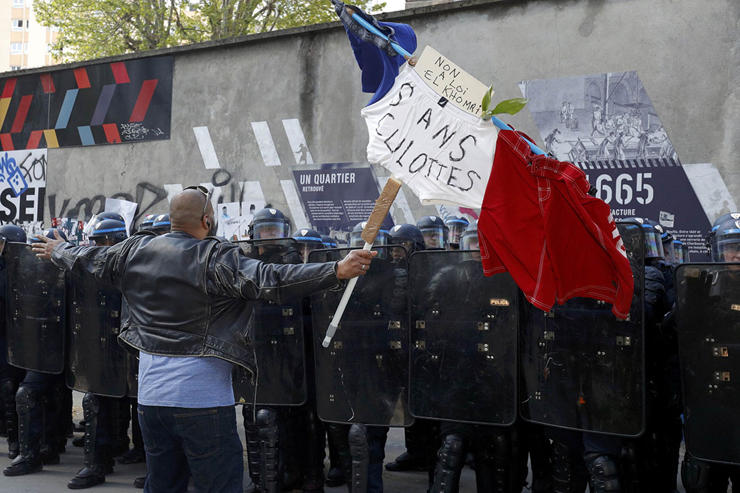 抗議勞動法改革,十七萬人示威遊行、「黑夜站立」運動持久不息,警民發生激烈暴力衝突。