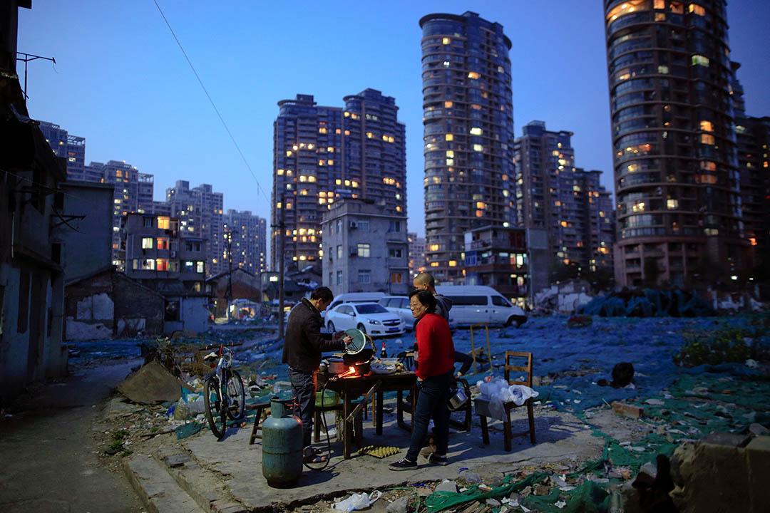 2016年4月8日,中國上海一處被高樓大廈包圍的舊屋群。