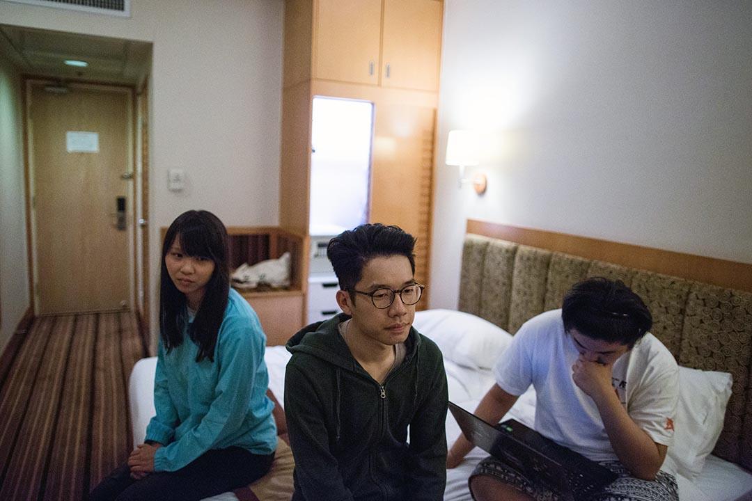 香港眾志主席羅冠聰(中)、周庭(左)和一名成員於張徳江訪港前一夜入住灣景酒店,原定計劃於張徳江車隊經過港灣道一帶時示威。
