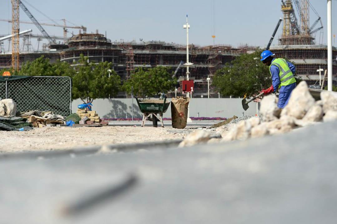 一名工人在位於卡塔爾多哈的哈利法哈利法國際運動場工地工作。攝:Andreas Gebert/dpa via AFP