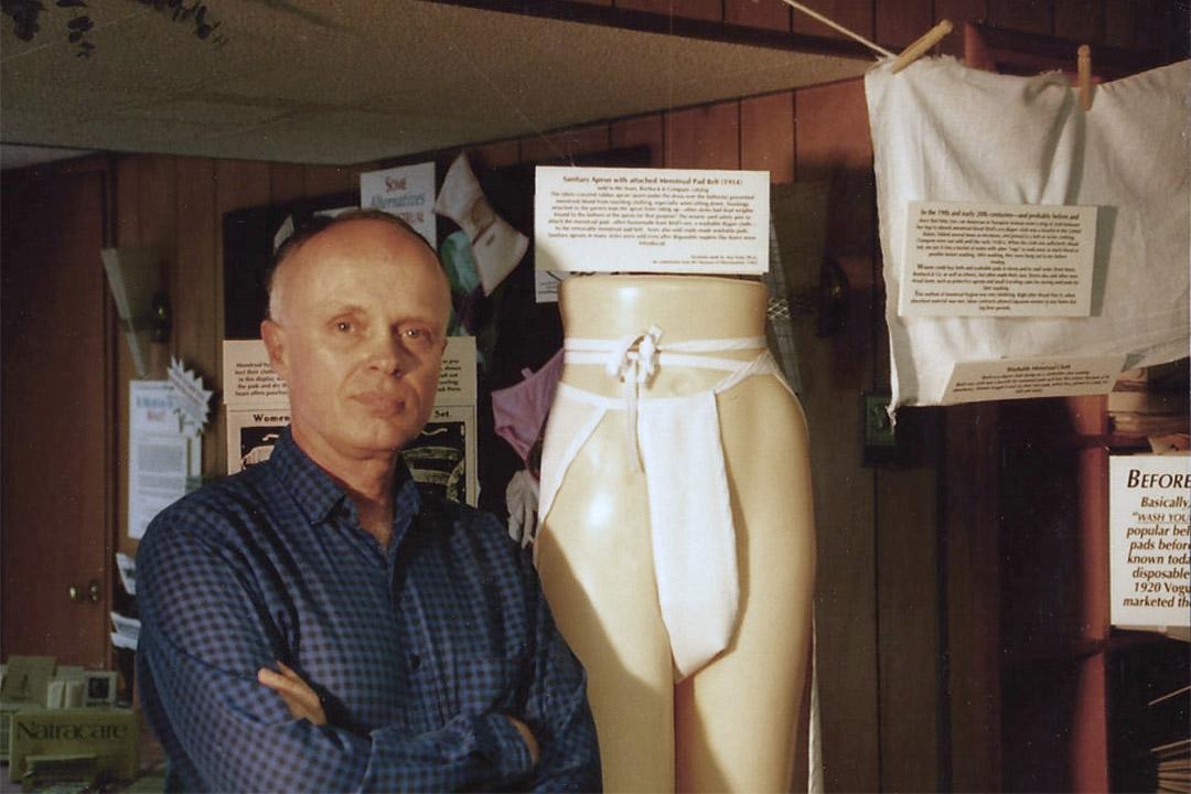 圖為月經博物館的創立人及設計師 Harry Finley 站在展覽品旁拍下的肖像。