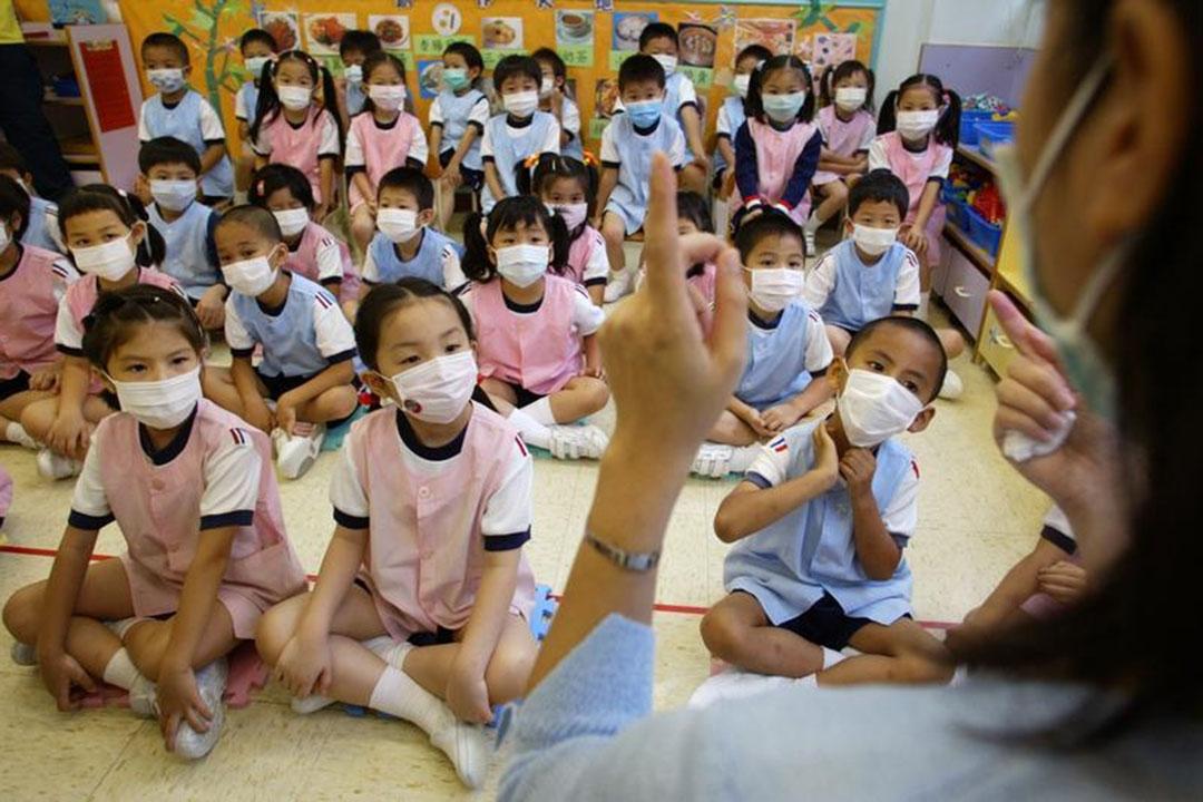 政府於3月底宣布全港學校停課約一個月。