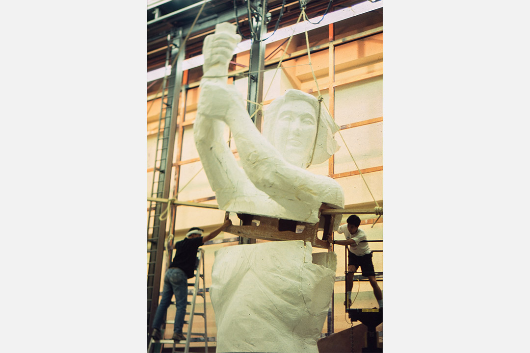 支聯會1996年被批極其醜陋的鋼鑄民女和2010年兩座「新民女」,早已遠離89  京香兩地藝術界自發自主的本質和意義。