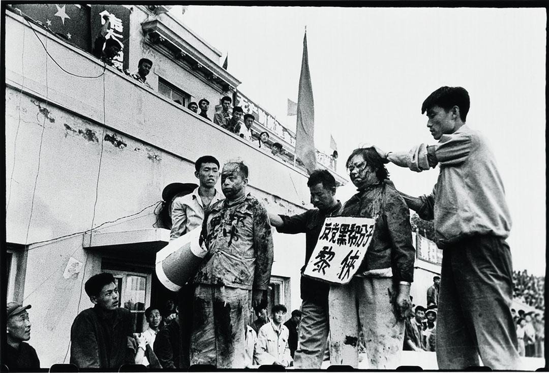 1966年8月29日,哈爾濱,王一倫和李範五妻子黎俠遭押在廣場內遊行示眾,他們受譴責,臉上被潑墨,頸上要掛上寫有罪名的牌子。