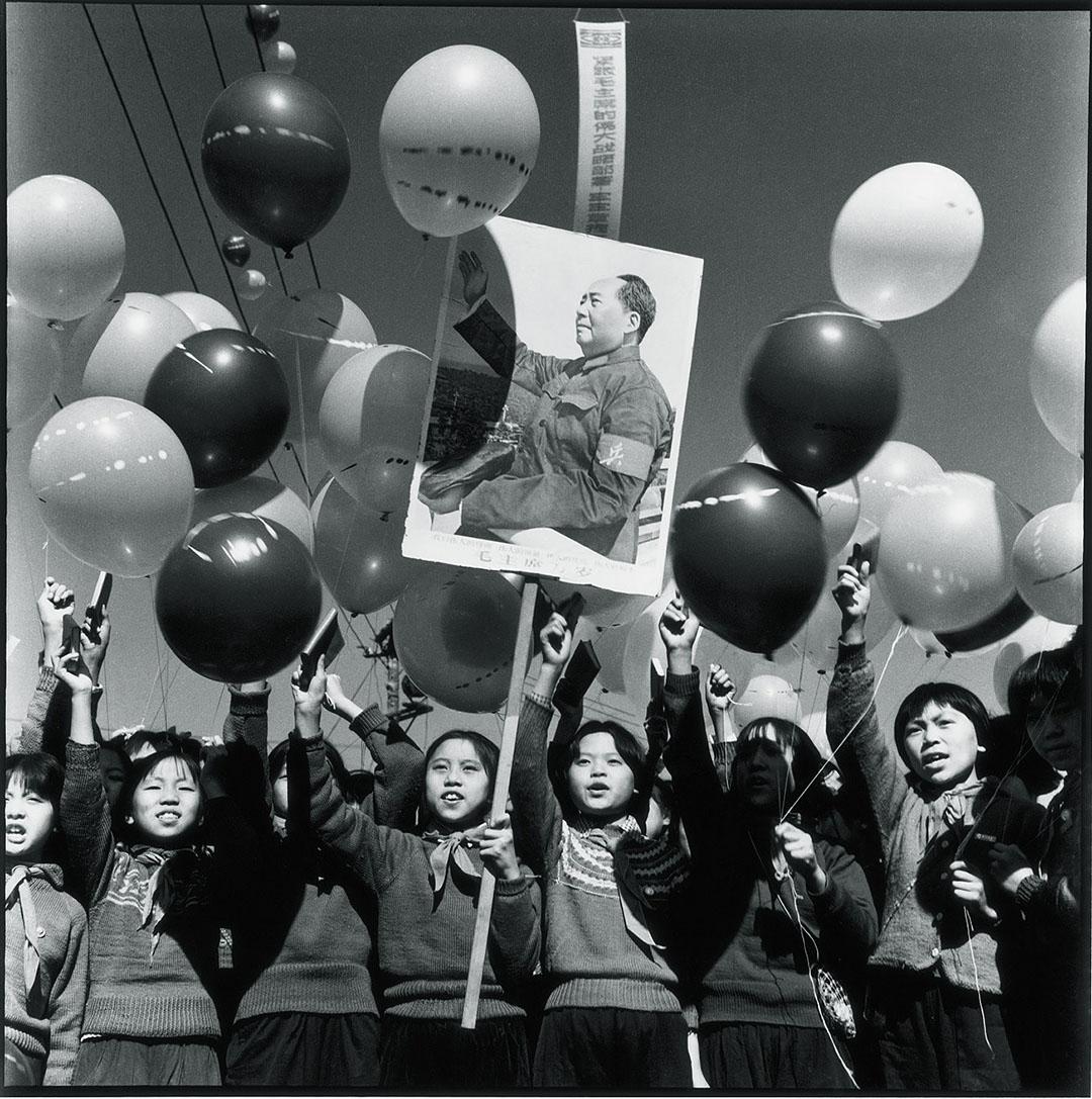 1968年國慶,哈爾濱兒童身穿毛衣高舉毛澤東主席像參加遊行。