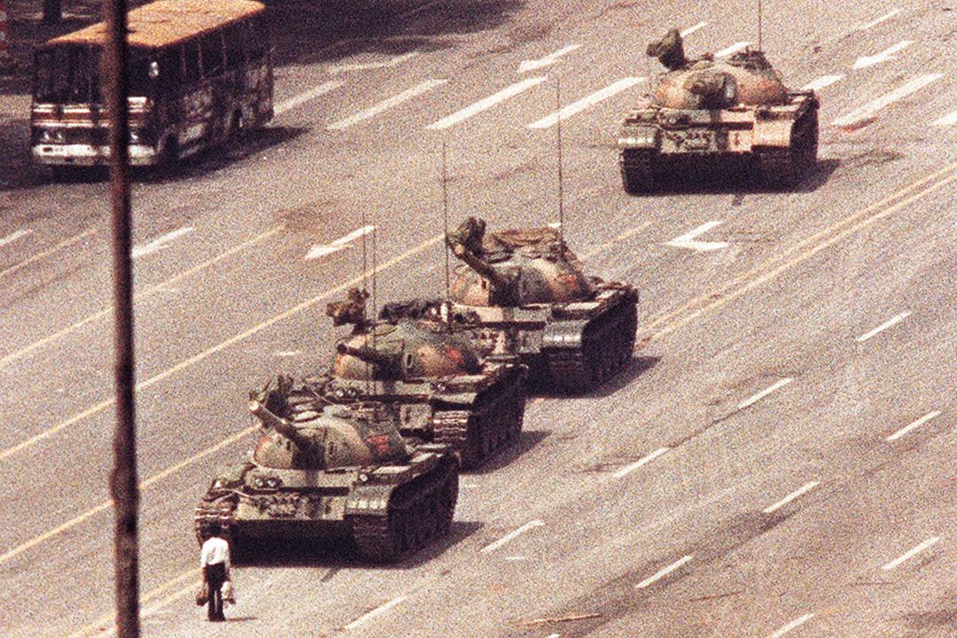 中國 - 六四事件 - 1989年6月4日 - 學生要求中共政府接受政體改革,有多逹100萬人聚集在天安門廣場參與示威活動。解放軍在6月4日控制天安門廣場,實施清場行動。解放軍與示威學生及市民發生衝突,其中解放軍部隊開槍與出動坦克車殺害人民。死亡人數成謎,估計從數百至數千人。