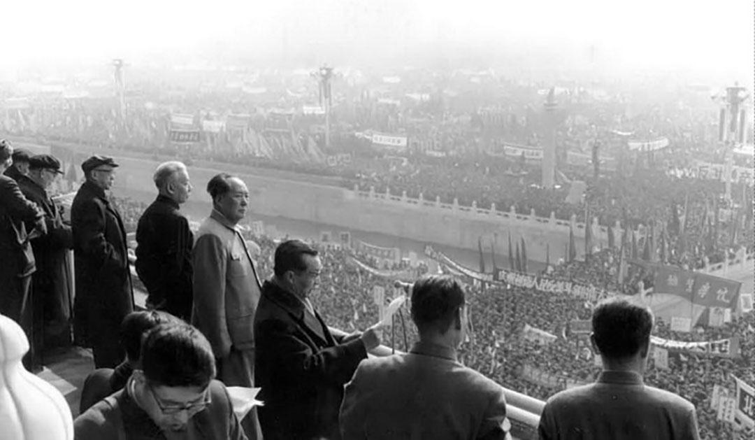 1966年,北京,文革期間毛澤東在天安門接見紅衛兵。