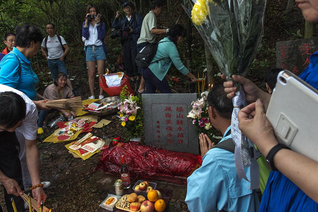 居港知青祭拜當年歿在投奔自由路上的亡友。